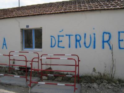 La Faute-sur-Mer: les victimes de Xynthia protestent contre les honoraires de l'avocat du maire