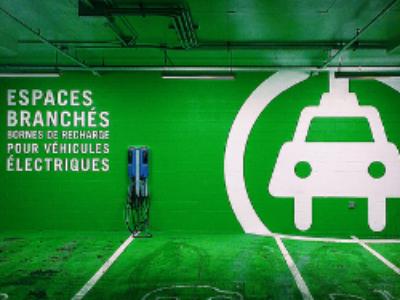 Un encouragement aux voitures électriques voté en commission