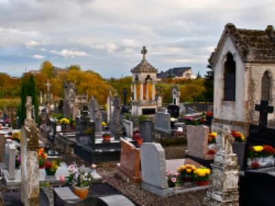 Quelles sont les obligations de la commune en cas de décès d'une personne sans famille ni proches?